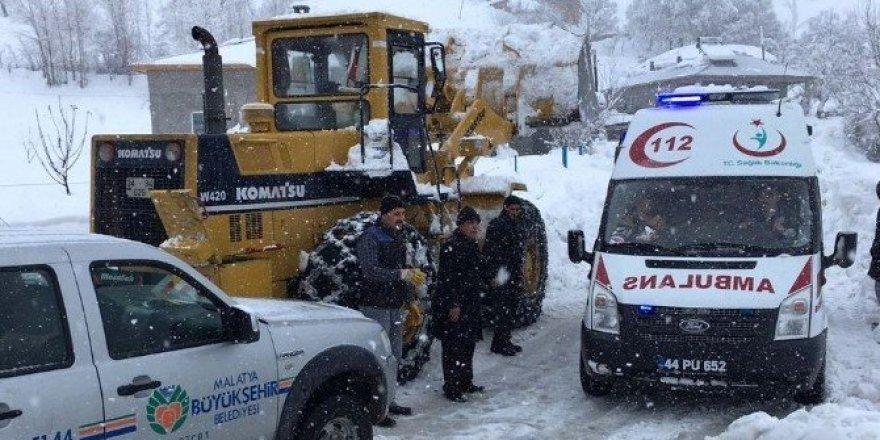 Ambulans yolda kalınca devreye belediye ekipleri girdi