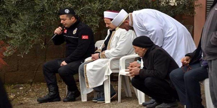 Polis memuru Şehit Astsubay için Kur'an okudu