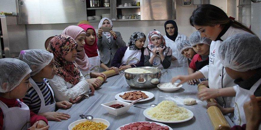 Suriyeli minikler 'pizza ustası' oldu