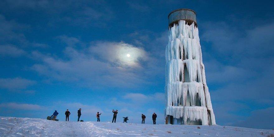 Su deposu 'buz kulesi'ne dönüştü