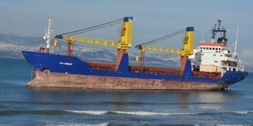 Aliağa'da hacizli gemi çapasından kurtulup sürüklendi