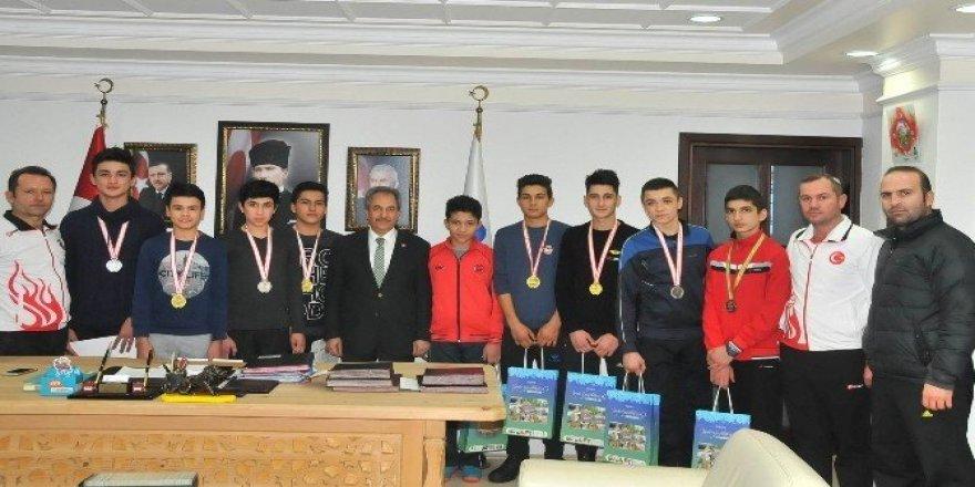 Başarılı sporculardan Başkan Akkaya'ya ziyaret
