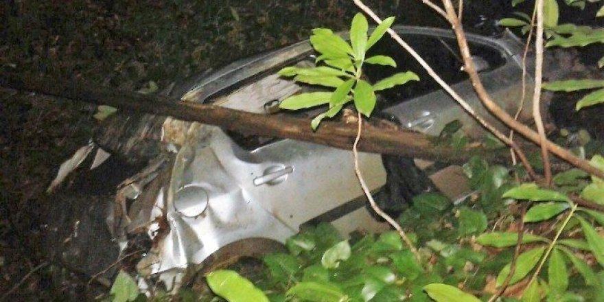 Otomobil 30 metrelik uçuruma yuvarlandı: 3 yaralı