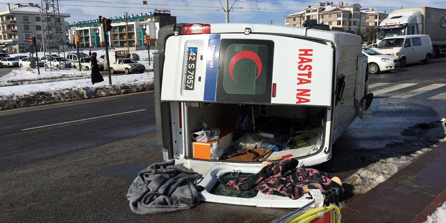 Hasta nakil aracı otomobille çarpıştı: 3 yaralı