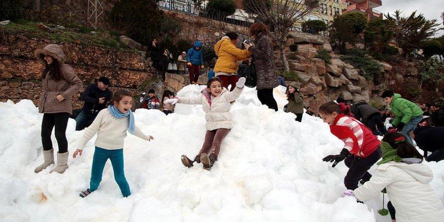 Kamyonlarla getirilen karla kışın tadına vardılar