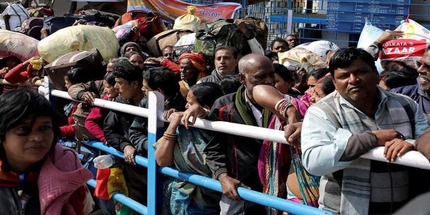 Hindistan'da festival dönüşü izdiham: 6 ölü