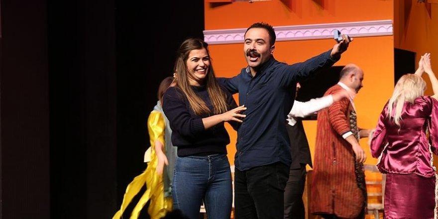 Tiyatro sahnesinde evlenme teklif etti