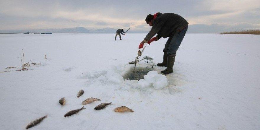 """Konya'da """"eskimo"""" usulü balık avı"""