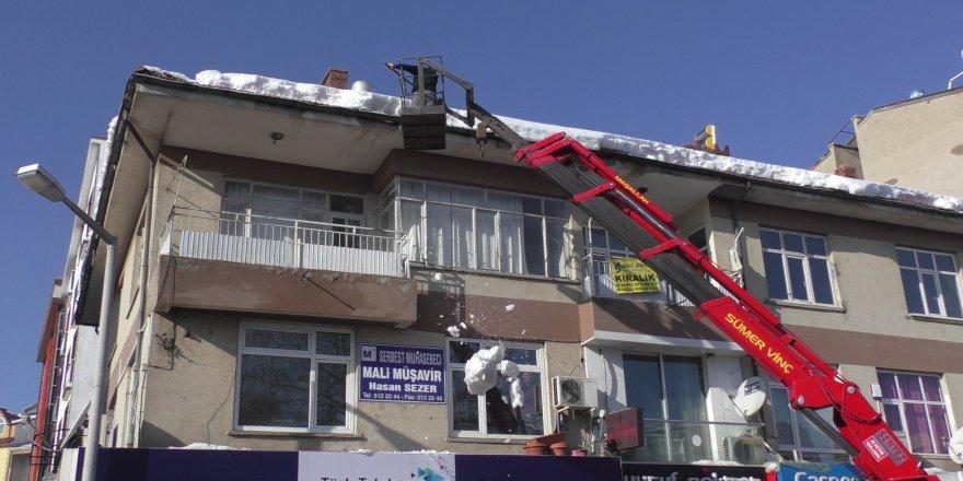Konya'da üzerine kar kütlesi düşen kişi yaralandı