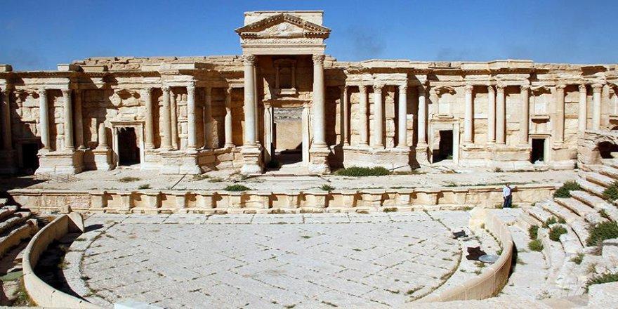 DEAŞ tarihi Palmira kentinin bir bölümünü yıktı