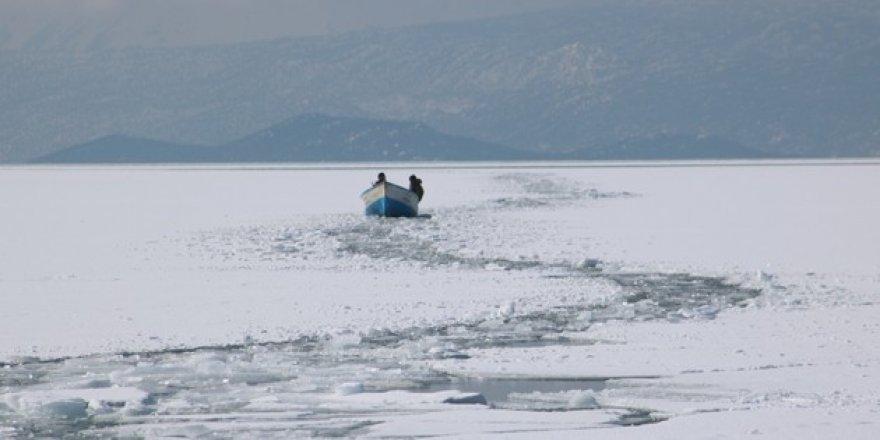 Konya'da tekneleri batan çift, buz kütlesine çıkarak kurtuldu