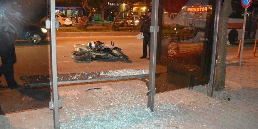 Adana'da motosiklet otobüs durağına daldı: 5 yaralı