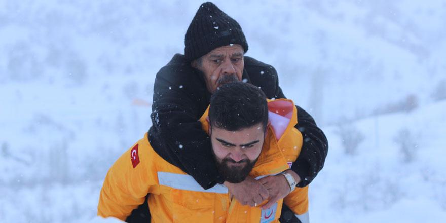 112 görevlisi hastayı metrelerce sırtında taşıdı