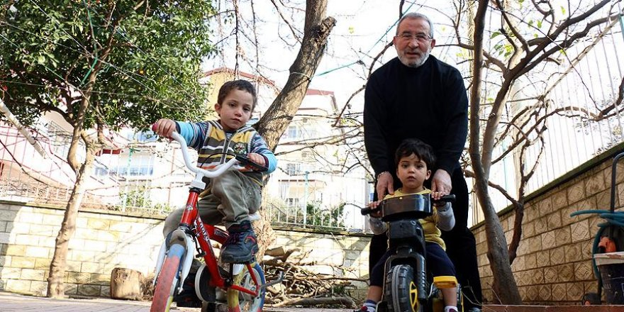 Suriyeli çocukların dedesi oldu
