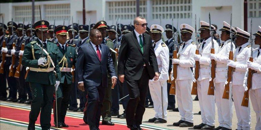 Erdoğan Mozambik'te resmi törenle karşılandı