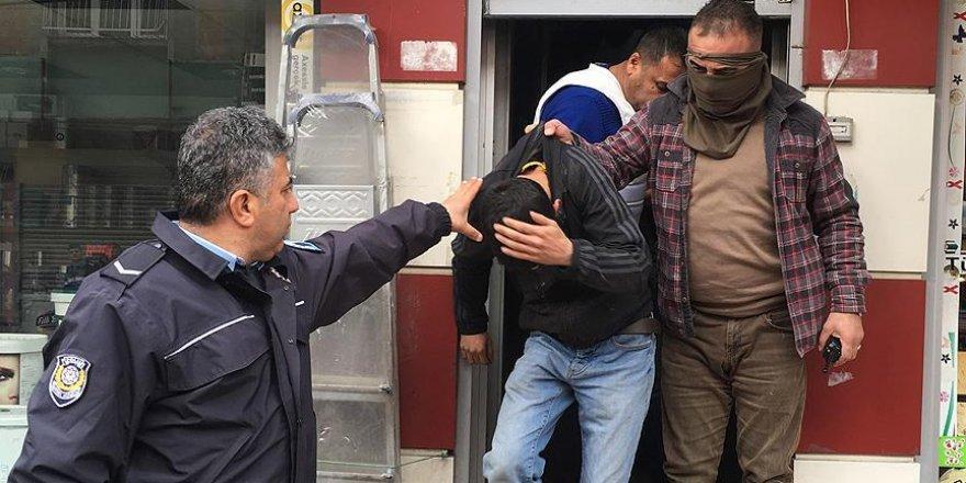 Adana'da bina çatısındaki silahlı şüpheliler yakalandı