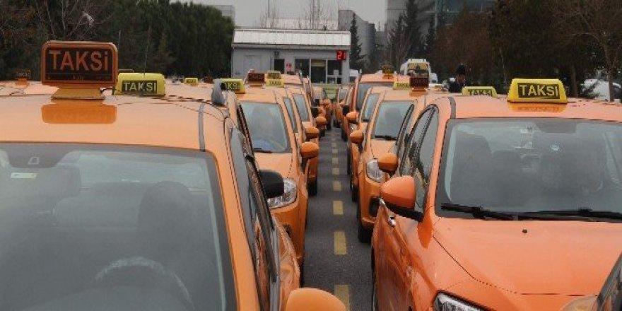 Taksiciler, 8 lira 75 kuruş indi bindi parasını protesto etti