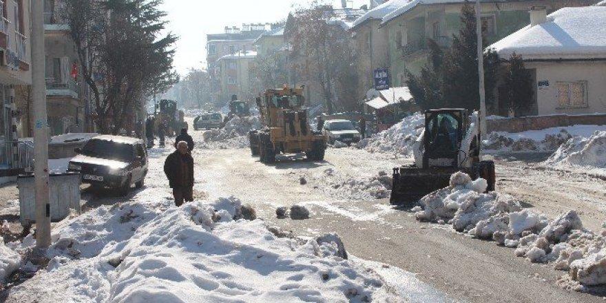 Beyşehir'de okul önlerinde kar temizliği