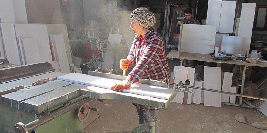 'Hatice usta' 17 yıldır eşiyle mobilya üretiyor
