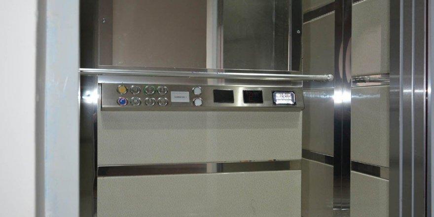 Uşak'ta ilk defa bir eve engelli asansörü takıldı
