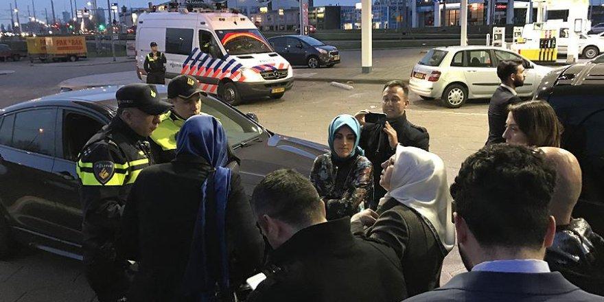 Hollanda'da Bakan Kaya'yı takip eden AA ve TRT aracına polis engeli