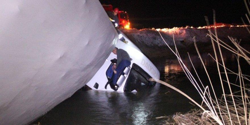 Konya'da tır sulama kanalına düştü! 3 kişi kabinde mahsur kaldı