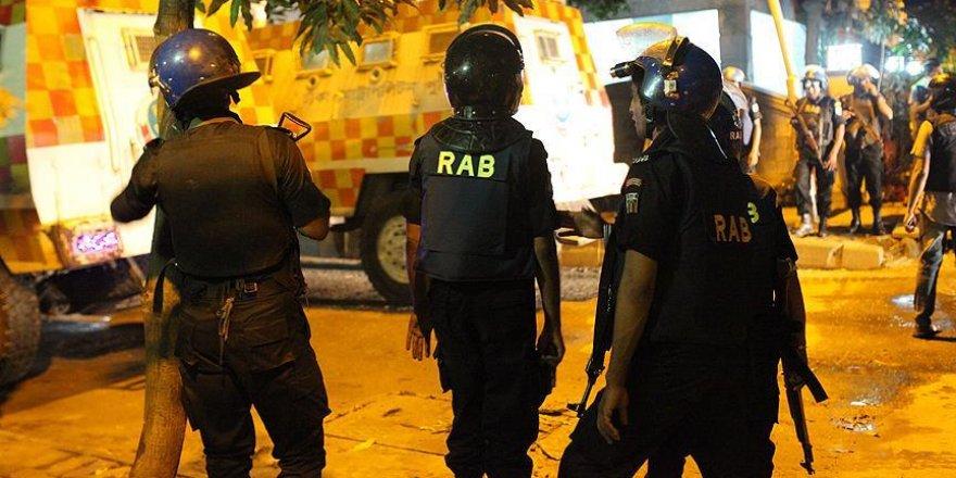 Bangladeş'te kontrol noktasından geçmeye çalışan kişi öldürüldü