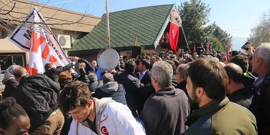 Eski milletvekili Akşener'in konferansında arbede