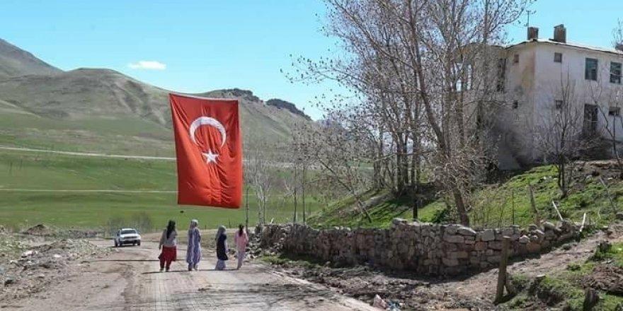 Türk Bayrakları şehit için asıldı