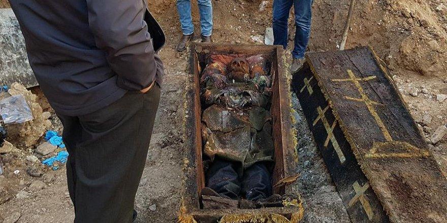 Konservatörler işgalci Rus subayın cesedini inceledi