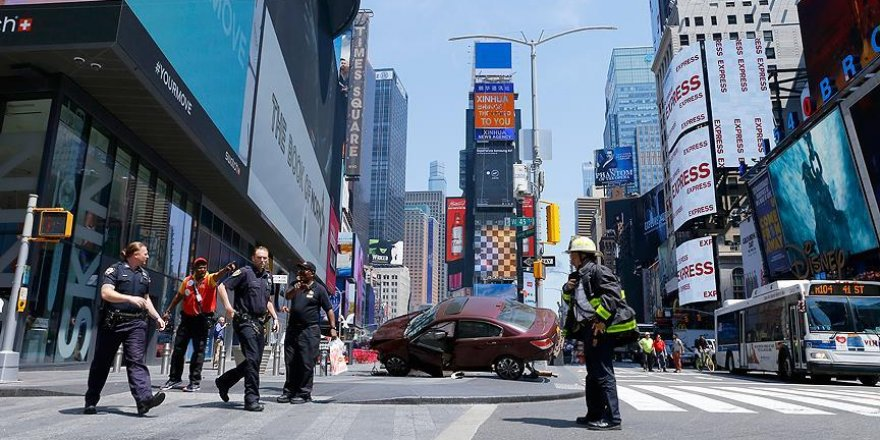 New York'ta otomobil yayalara çarptı: 13 yaralı