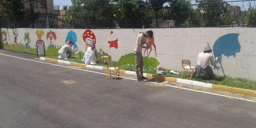 Öğrenciler okul duvarlarına masal kahramanlarını çizdi