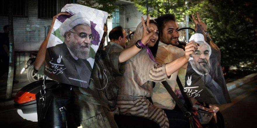 İran'da Ruhani taraftarları sevinç gösterileri düzenledi