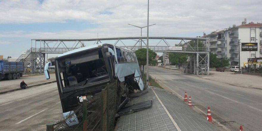 Partilileri taşıyan otobüs Polatlı'da kaza yaptı
