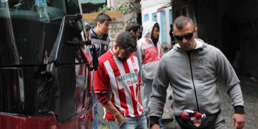 Olympiakos taraftarı yoğun güvenlik önlemleri arasında otelden ayrıldı