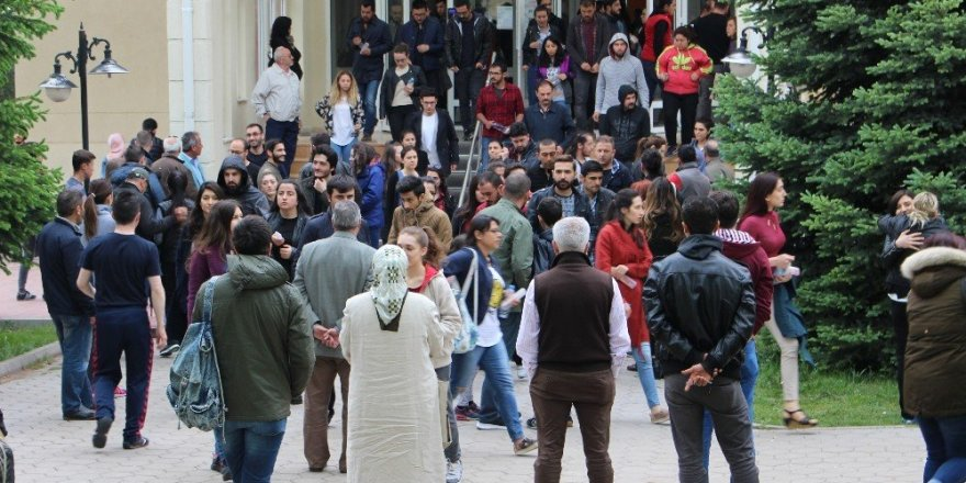 Öğrenciler içeride veliler dışarıda ter döktü