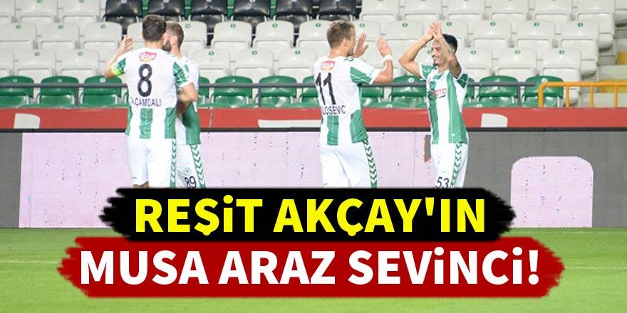 Konyaspor'da Reşit Akçay'ın Musa Araz sevinci