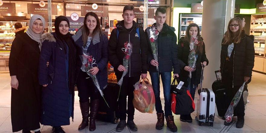 """""""Yetim Buluşması"""" için Almanya'ya gelen çocuklar güllerle karşılandı"""