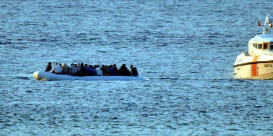 Edirne'de kaçakların botu devrildi, 10 kayıp