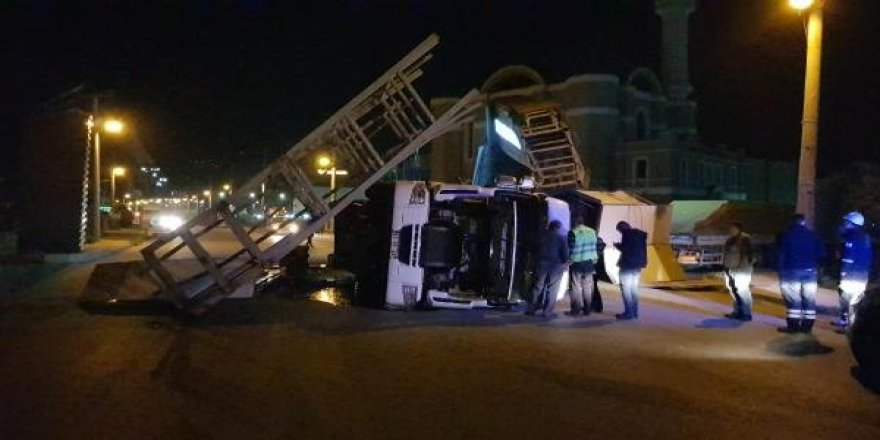 Damperi açık unutulan kamyon tabelaya çarptı
