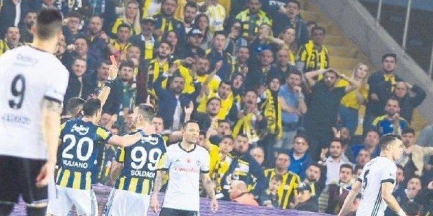 Olaylı Fenerbahçe-Beşiktaş derbisinde ilginç fotoğraf! .