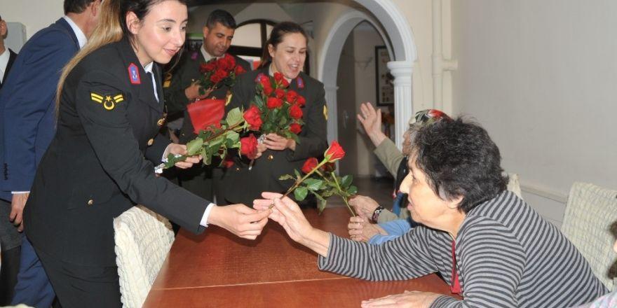 """Jandarmadan huzurevine """"Anneler Günü"""" ziyareti"""