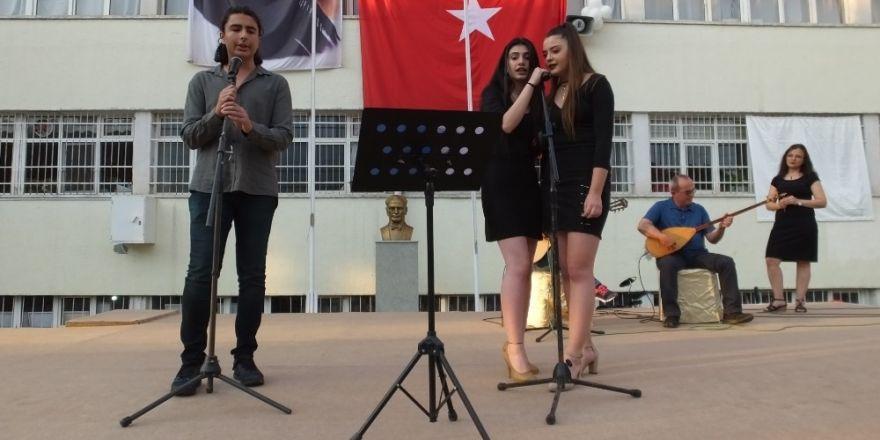 Burhaniye'de 101 liseli için sazlı sözlü mezuniyet töreni