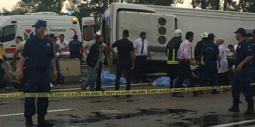 Antalya'da minibüs otel servisine arkadan çarptı:3 ölü
