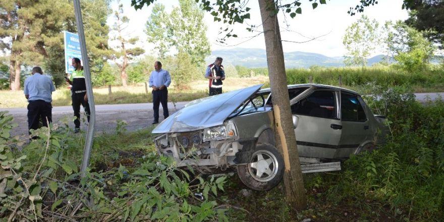 Otomobil ağaca çarparak durabildi: 1 yaralı