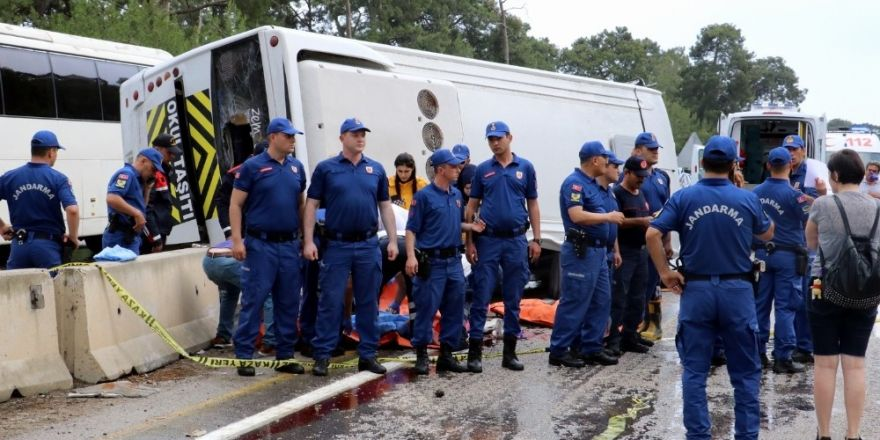 Antalya'da minibüs otel servisine arkadan çarptı:3 ölü, 11 yaralı