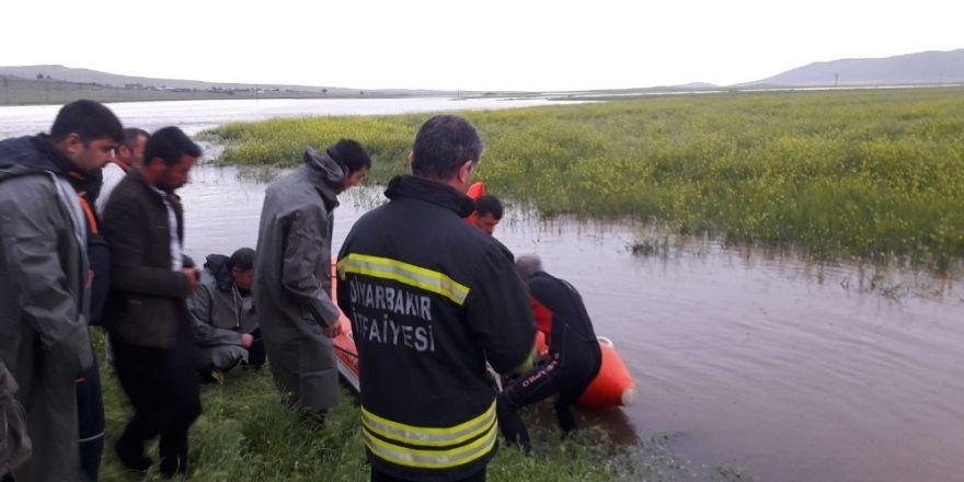 Diyarbakır'ın Ergani ilçesine bağlı Alitaş köyünde sağanak yağış nedeniyle sel meydana geldi. Sel nedeniyle 1'i çoban 5 vatandaş ile küçükbaş hayvanlar mera alanında mahsur kaldı, çok sayıda arı kovanı sel sularına kapıldı.