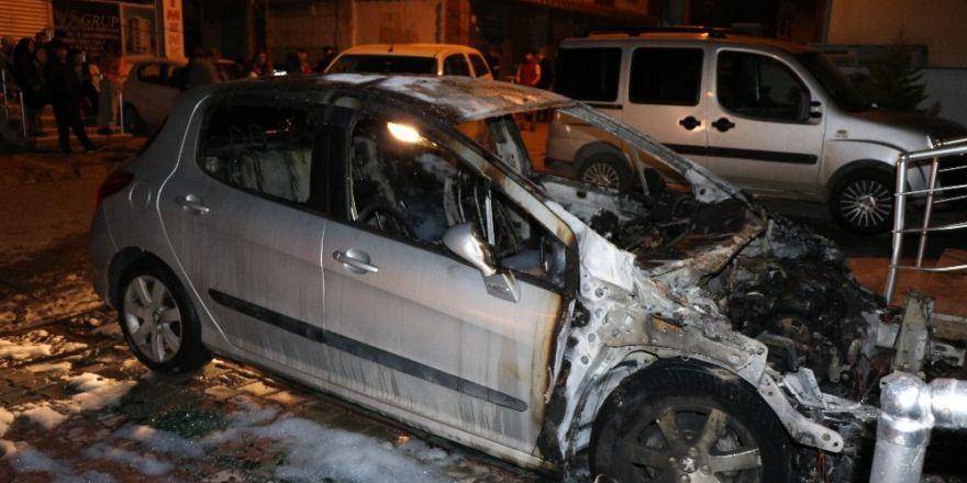 Boşandığı eşinin otomobilini benzin döküp yaktı