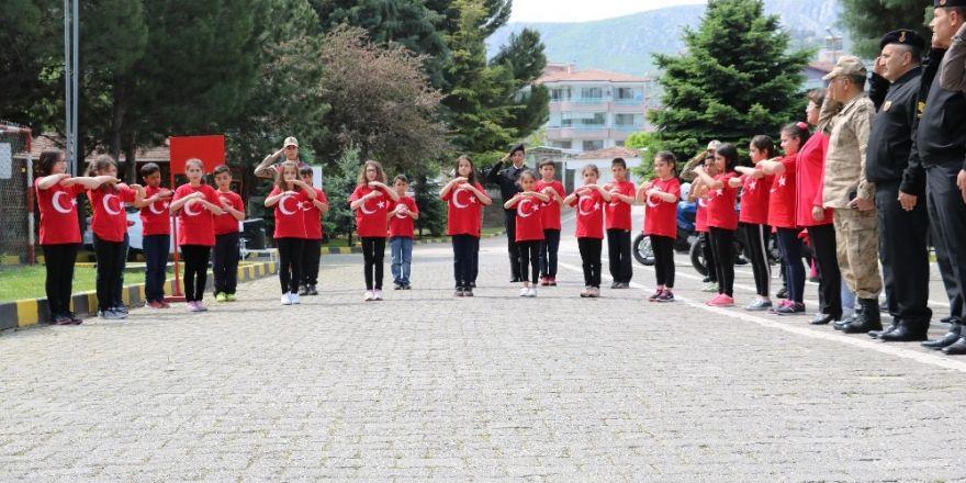 Öğrencilerden askerlere işaret diliyle İstiklal Marşı sürprizi