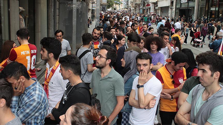 Galatasaraylı taraftarlardan şampiyonluk kutlamasına yoğun ilgi